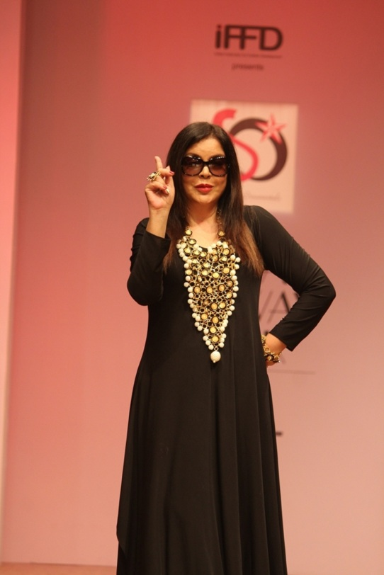 bollywood-actress-zeenat-aman-walked-ramp-for-jewellery-designer-akassh-k-aggarwal-at-india-runway-week-1