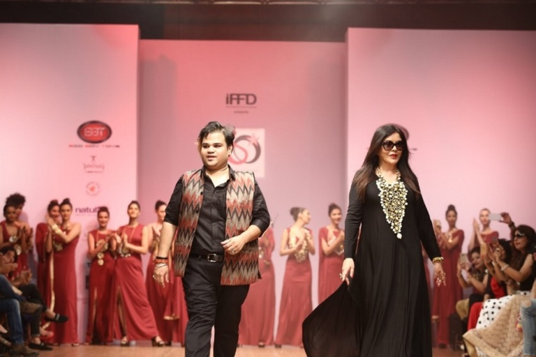bollywood-actress-zeenat-aman-walked-ramp-for-jewellery-designer-akassh-k-aggarwal-at-india-runway-week-3
